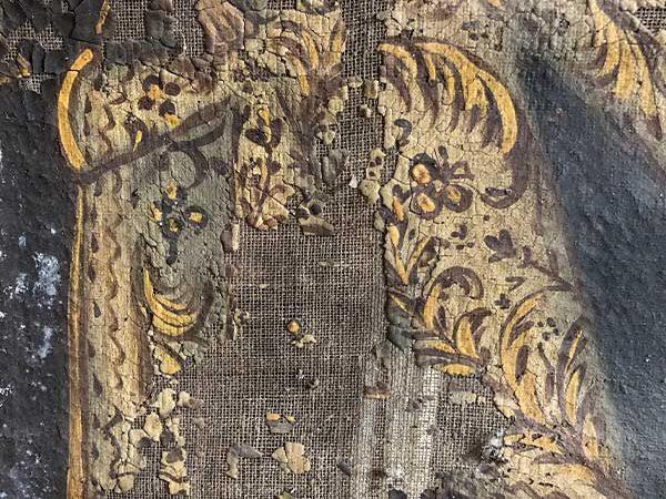 Detalle pintura virgen del carmen deteriorada.