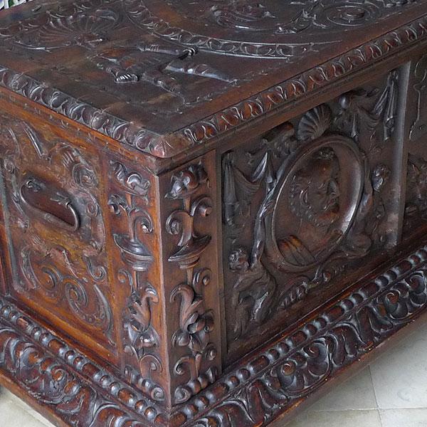 Baul colonial de madera tallada.