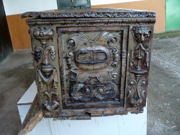 Baúl colonial restauración.