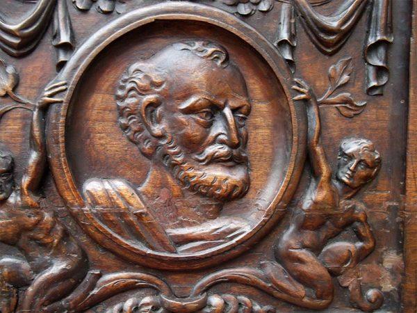 Detalle baúl colonial madera.
