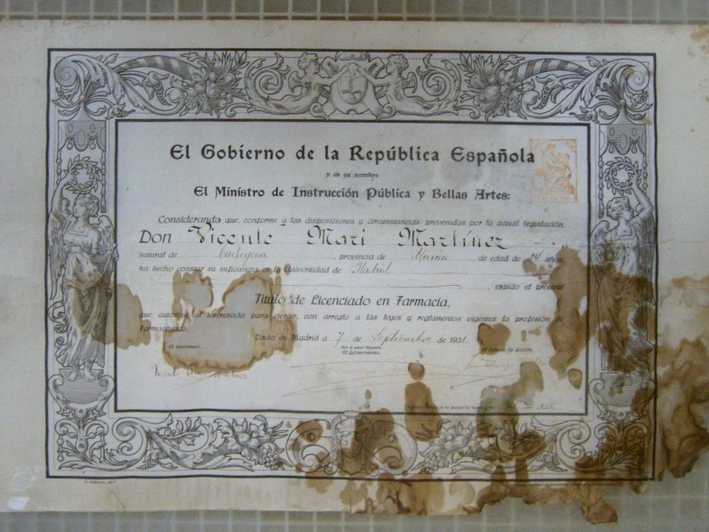 Título de la II República Española deteriorado.