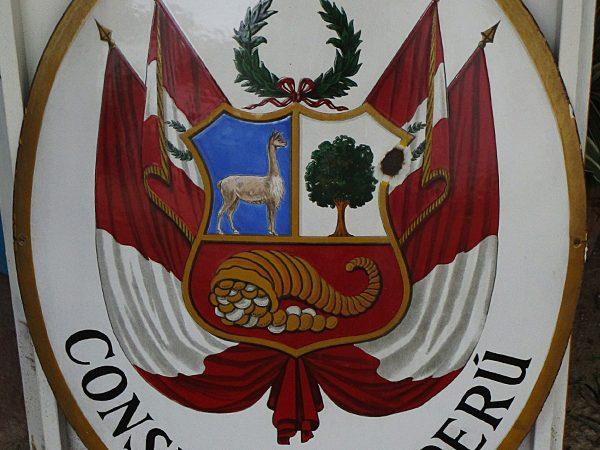 Escudo del consulado del Perú de Sevilla deteriorado.