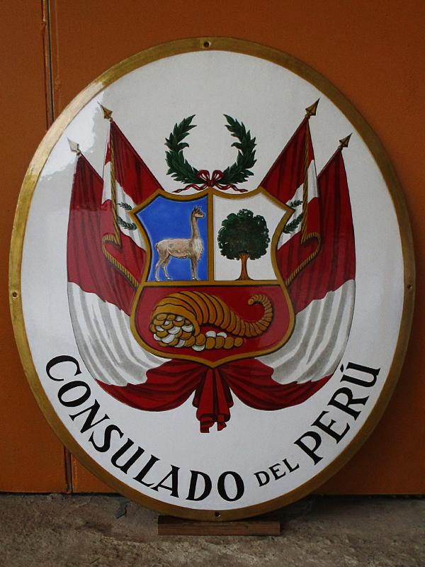 Escudo del consulado del Perú de Sevilla restaurado.