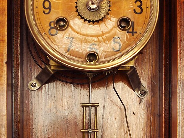 Detalle del reloj de pared restaurado.