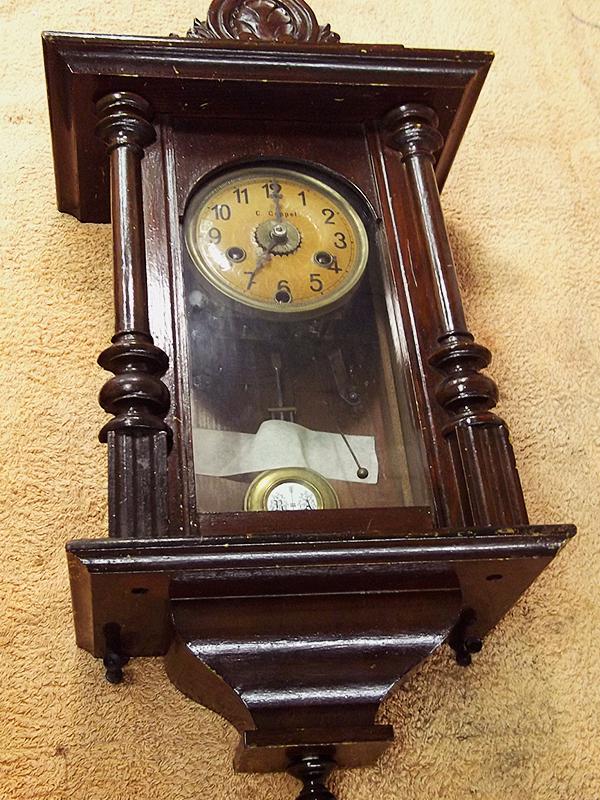 Reloj de pared deteriorado.