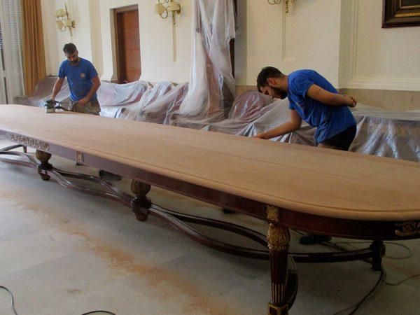 Proceso de restauración de la mesa de juntas.